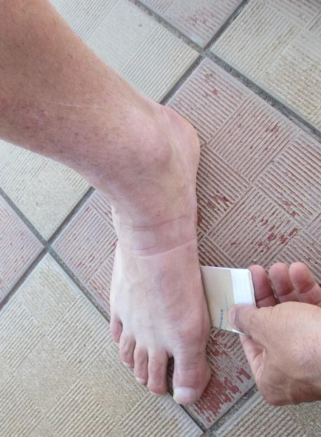 correr natural:Delizar-papel-bajo-dedo-pulgar